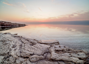 Salt formations on the shore of the Dead Sea at dusk, Karak Governorate, Jordan, Middle Eastの写真素材 [FYI03796217]