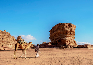 Bedouin walking with his camel, Wadi Rum, Aqaba Governorate, Jordan, Middle Eastの写真素材 [FYI03796255]