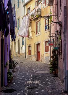 Narrow Lane of Alfama, Lisbon, Portugal, Europeの写真素材 [FYI03796292]