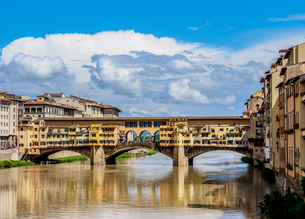 Ponte Vecchio and Arno River, Florence, UNESCO World Heritage Site, Tuscany, Italy, Europeの写真素材 [FYI03796324]