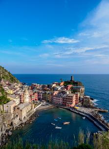 Vernazza Village, elevated view, Cinque Terre, UNESCO World Heritage Site, Liguria, Italy, Europeの写真素材 [FYI03796343]