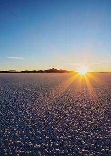 Sunset over the Salar de Uyuni, the largest salt flat in the world, Daniel Campos Province, Potosi Dの写真素材 [FYI03796361]