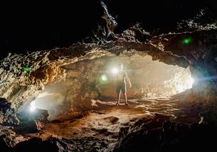 Tourist exploring the Ana Kakenga Cave, Rapa Nui National Park, UNESCO World Heritage Site, Easter Iの写真素材 [FYI03796371]
