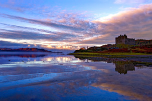 Early morning view of Castle Tioram and Loch Moidart as dawn breaks in a warm colorful sky to form aの写真素材 [FYI03796376]