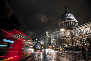 A London bus drives past St. Paul's Cathedral towards Christmas lights, London, England, United Kingの写真素材 [FYI03796377]