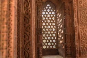 The intricate window carvings provide beautiful shadows at Qutub Minar, UNESCO World Heritage Site,の写真素材 [FYI03796390]