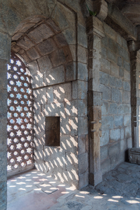 The intricate window carvings provide beautiful shadows at Qutub Minar, UNESCO World Heritage Site,の写真素材 [FYI03796392]
