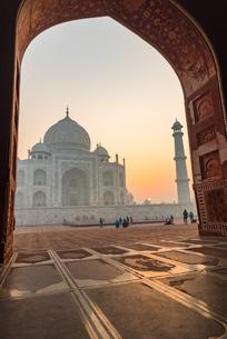 Sun rises behind the Taj Mahal, UNESCO World Heritage Site, Agra, Uttar Pradesh, India, Asiaの写真素材 [FYI03796409]