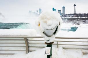 Frozen smile on coin operated binoculars covered in ice at Niagara Falls, Buffalo, New York State, Uの写真素材 [FYI03796418]