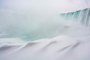 Frozen Niagara Falls in January, view from beneath the falls, Ontario, Canada, North Americaの写真素材 [FYI03796427]