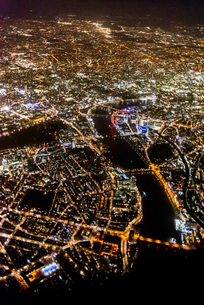 View over London at night from an airplane window, London, England, United Kingdom, Europeの写真素材 [FYI03796429]