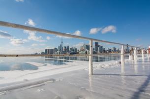 Frozen Toronto views from Polson Pier, Toronto, Ontario, Canada, North Americaの写真素材 [FYI03796437]