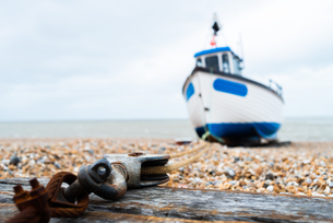 Fishing boat anchored to the block and tackle, Dungeness, Kent, England, United Kingdom, Europeの写真素材 [FYI03796438]
