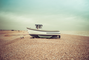 Fishing boats on the shingle beach waiting to go back out to the water, Dungeness, Kent, England, Unの写真素材 [FYI03796442]