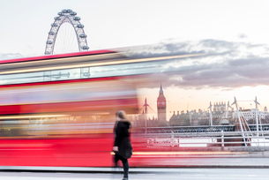 A lady crossing Waterloo Bridge with a bus passing between her, the London Eye and Big Ben, London,の写真素材 [FYI03796448]
