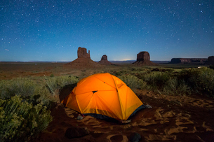 Tent in Monument Valley Campground at night, Monument Valley, Navajo Tribal Park, Arizona, United Stの写真素材 [FYI03796456]