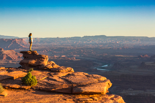 Girl admiring the landscape, Dead Horse Point State Park, Moab, Utah, United States of America, Nortの写真素材 [FYI03796458]