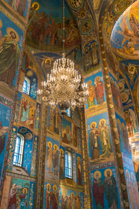 Chandelier inside Church of the Savior on Spilled Blood in St. Petersburg, Russia, Europeの写真素材 [FYI03796491]