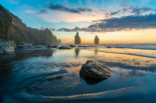 Reflection of the Three Sisters with low tide, at sunset, Tongaporutu, New Plymouth district, Taranaの写真素材 [FYI03796514]