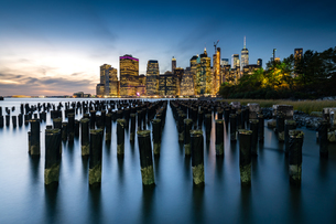 Long exposure of the lights of Lower Manhattan during the evening blue hour as seen from Brooklyn Brの写真素材 [FYI03796565]