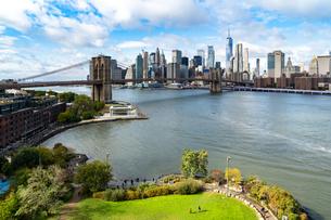 Brooklyn's Main Street Park, the East River, Brooklyn Bridge and Lower Manhattan, New York, United Sの写真素材 [FYI03796577]