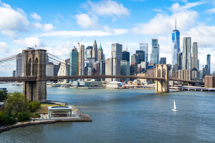 The view over the East River towards the Brooklyn Bridge and Lower Manhattan, New York, United Stateの写真素材 [FYI03796581]