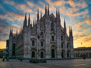 St. Mary of Nativity Cathedral (Duomo) at sunrise, Milan, Lombardy, Italy, Europeの写真素材 [FYI03796591]