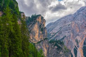 Lake Braies and Croda del Becco in summer, Trentino-Alto Adige, Italy, Europeの写真素材 [FYI03796628]
