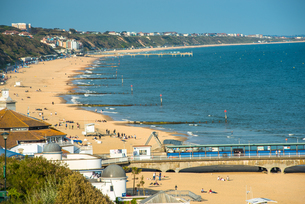 Elevated views of Bournemouth beach from the clifftops, Dorset, England, United Kingdom, Europeの写真素材 [FYI03796721]