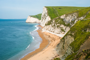 Dramatic coastal scenery, chalk cliffs of Swyre Head and Bat's Head, at Durdle Door on England's Jurの写真素材 [FYI03796739]