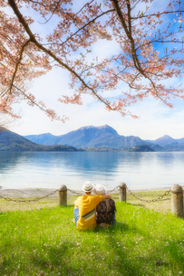 Couple of tourists sitting in frontof the lake. Lierna, Province of Lecco, Lake Como, Italian Lakes,の写真素材 [FYI03796777]