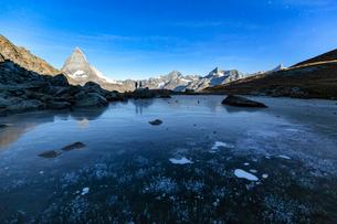 Frozen Riffelsee lake by Matterhorn in Switzerland, Europeの写真素材 [FYI03796811]