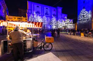 Chestnut seller in the square at night, Sondrio, Valtellina, Sondrio province, Lombardy, Italy, Euroの写真素材 [FYI03796884]
