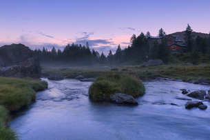 Sunset at the Bosio alpine hut, Valmalenco, Valtellina, Lombardy, Italy, Europeの写真素材 [FYI03796901]