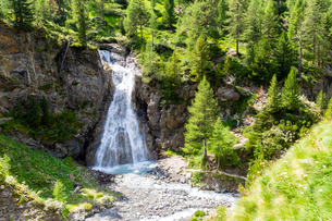 WateRF-NEall of Val Nera with tourist on the path, Livigno, Valtellina, Lombardy, Italy, Europeの写真素材 [FYI03796902]