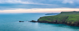 North Haven landscape at sunrise, Skomer Island, Pembrokeshire Coast National Park, Wales, United Kiの写真素材 [FYI03796952]