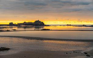Elizabeth Castle at sunset, Jersey, Channel Islands, United Kingdom, Europeの写真素材 [FYI03796983]