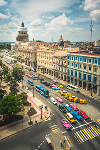 Aerial view the Gran Teatro de La Habana and El Capitolio and colouRF-NEul old driving, Havana, Cubaの写真素材 [FYI03797009]