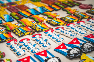 ColouRF-NEul souvenirs for sale in a market in La Habana (Havana), Cuba, West Indies, Caribbean, Cenの写真素材 [FYI03797013]