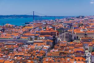 Panoramic capital view of Carmo Convent, Santa Justa Lift and Ponte 25 de Abril bridge, Lisbon, Portの写真素材 [FYI03797076]