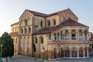 External day view of 7th century Basilica Santa Maria e San Donato (Basilica dei Santi Maria e Donatの写真素材 [FYI03797078]