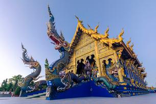 Exterior view of Wat Rong Suea Ten (Blue Temple) in Chiang Rai, Thailand, Southeast Asia, Asiaの写真素材 [FYI03797090]