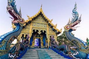 Exterior view of Wat Rong Suea Ten (Blue Temple) in Chiang Rai, Thailand, Southeast Asia, Asiaの写真素材 [FYI03797096]