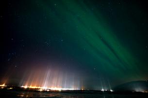 Light pillars over Abisko, Lapland, Arctic, Sweden, Scandinavia, Europeの写真素材 [FYI03797163]