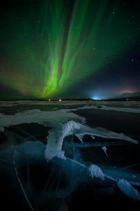 Frozen Lake Tornetrask and Northern Lights (Aurora Borealis), Abisko, Lapland, Arctic, Sweden, Scandの写真素材 [FYI03797164]