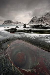 The famous Dragon's Eye seascape on Uttakleiv beach in Lofoten, Nordland, Arctic, Norway, Europeの写真素材 [FYI03797165]