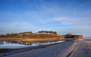 Warm afternoon sun at mouth of the River Otter at Budleigh Salterton, Devon, England, United Kingdomの写真素材 [FYI03797170]