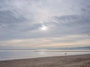 Tranquil scene in soft early afternoon light on Exmouth beach, Exmouth, Devon, England, United Kingdの写真素材 [FYI03797172]