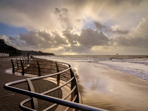 Shimmering sand and railings in warm light Exmouth, Devon, England, United Kingdom, Europeの写真素材 [FYI03797179]