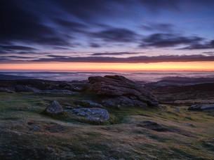 Dawn viewing East with mist in valleys, Dartmoor National Park seen from Haytor, Bovey Tracey, Devonの写真素材 [FYI03797194]